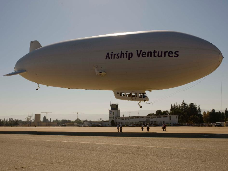 Image of Zeppelin arriving into Moffett Field.