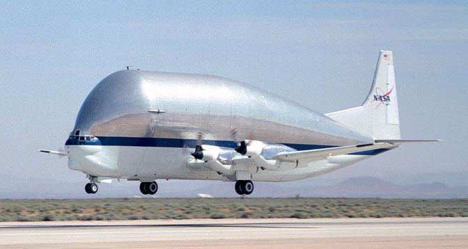 NASA descomunal BET Super avião de transporte Guppy Turbine-levanta para fora da pista na Edwards Air Force Base, depois de uma visita anterior.