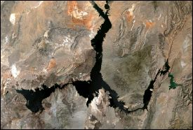 Images of Lake Mead in May 2000 and 2004
