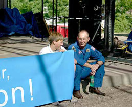 Astronaut Clayton Anderson talks with a young student.