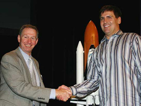 NASA Administrator Michael Griffin and HDNet Chairman and President Mark Cuban shake hands.
