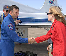 Brewer greets STS-117 astronauts.
