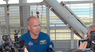 Astronaut Alan G. Poindexter talks with the new media about the importance of the simulation.