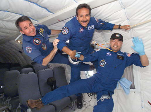 why astronauts in outer space experience weightlessness - photo #2