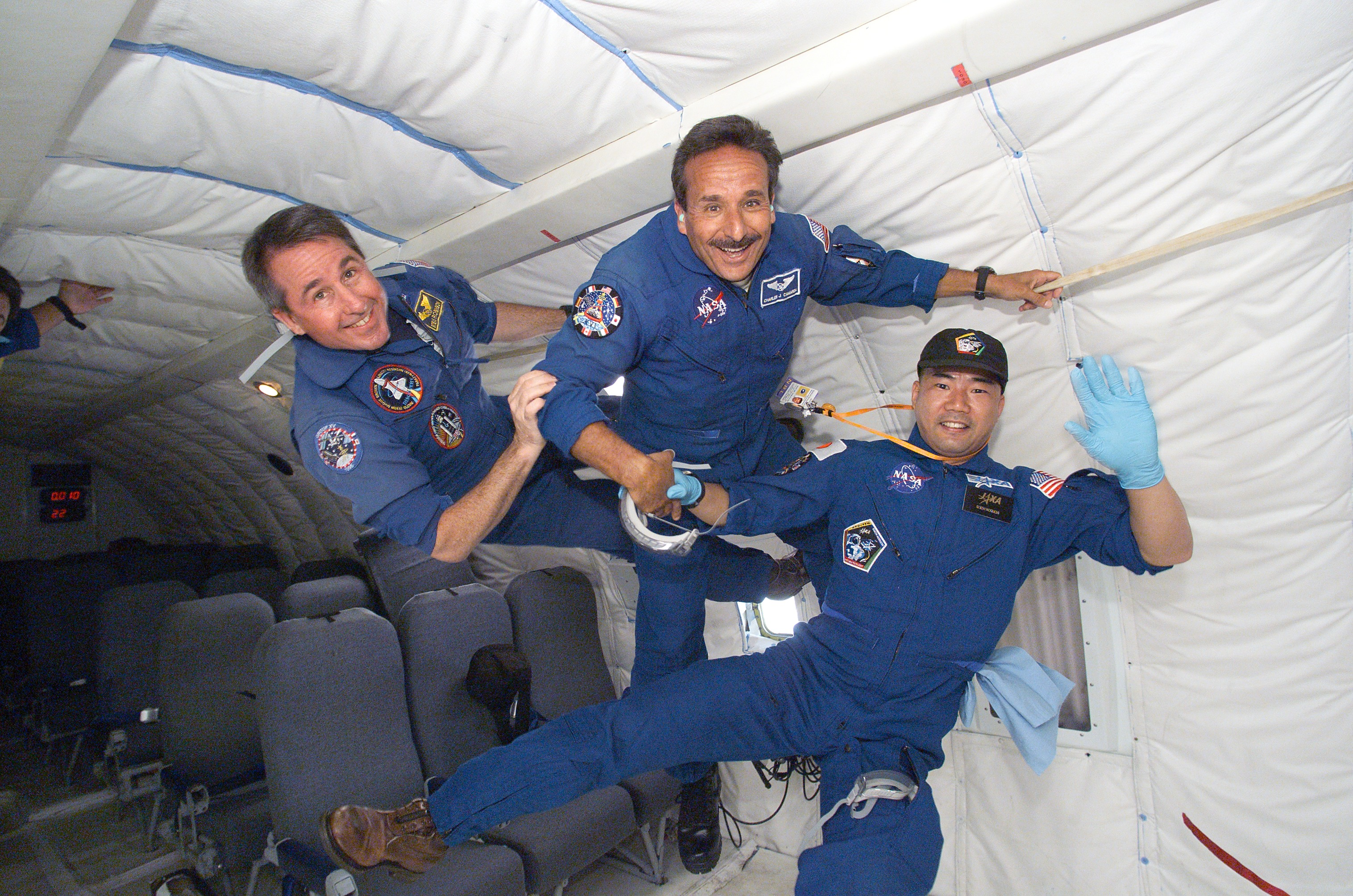 do astronauts in the space station experience gravity - photo #20