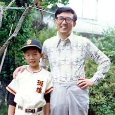 A young Soichi Noguchi poses with his father.