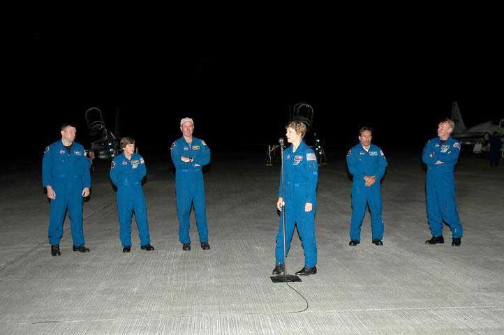 Photos de l'équipage de STS-114... 114032main_tcdt_crew-m