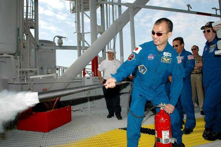 Photos de l'équipage de STS-114... 114164main_noguchi-m