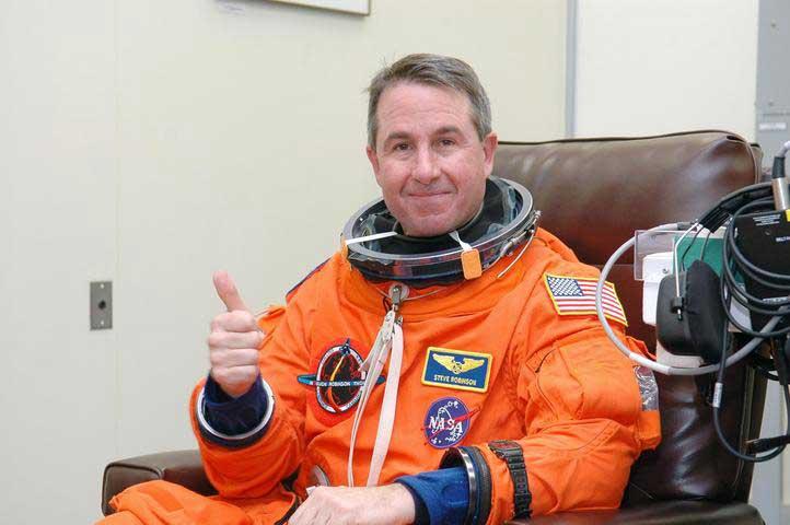Photos de l'équipage de STS-114... 114178main_prepack-m