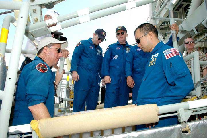 Photos de l'équipage de STS-114... 114191main_slidewire-m