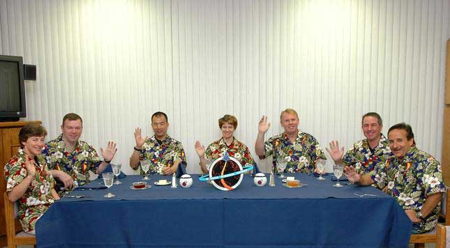 Photos de l'équipage de STS-114... 114212main_breakfast-m