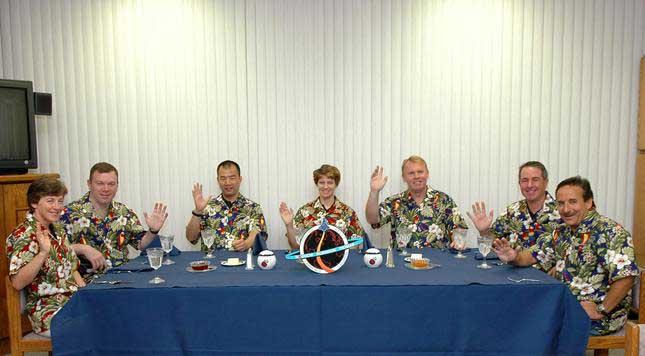 Photos de l'équipage de STS-114... 114212main_breakfast-m