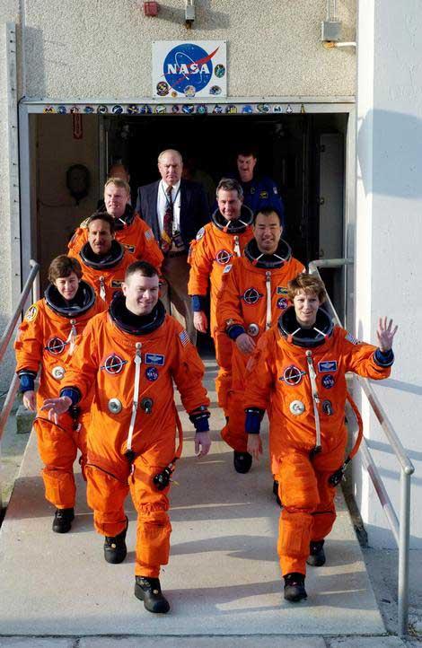 Photos de l'équipage de STS-114... 114216main_walkout-m