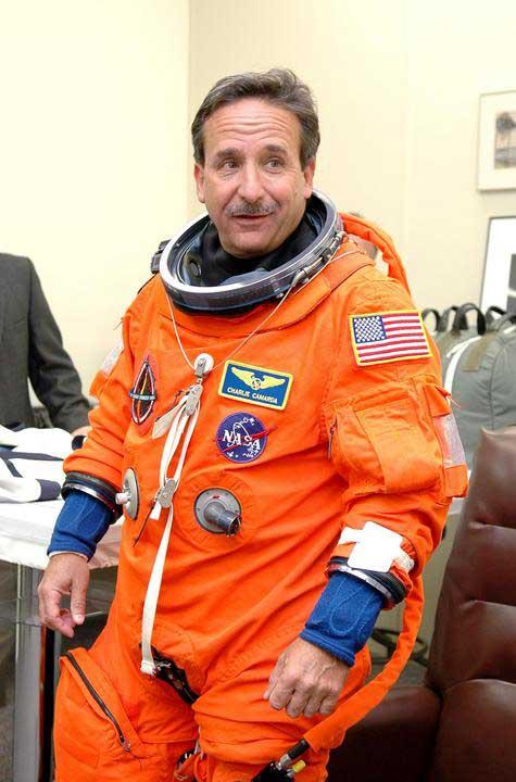Photos de l'équipage de STS-114... 114245main_suitup_camarda-m