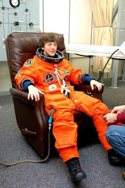 Photos de l'équipage de STS-114... 114249main_suitup_wendy-m