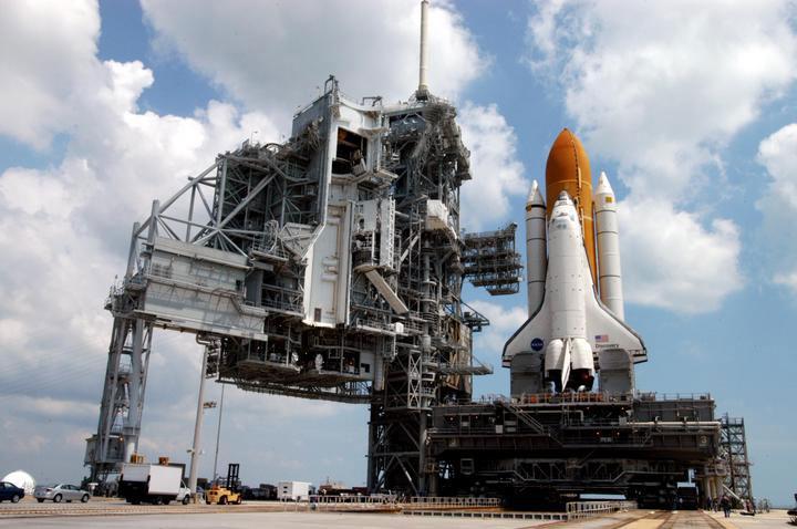 打ち出す前のスペースシャトル画像