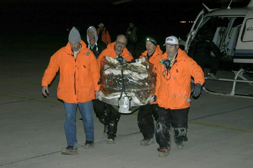 Stardust return capsule carried from helicopter