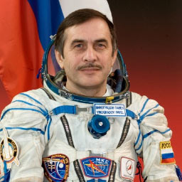 JSC2006-E-00225 -- Expedition 13 Commander Pavel Vinogradov in a Russian Sokol launch and landing suit