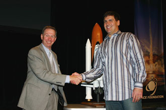 Administrator Griffin and Mark Cuban shake hands