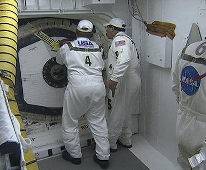 [STS-133]Discovery: fil dédié au suivi du lancement prévu le 24.02.2011 153212main_127-hatch-425