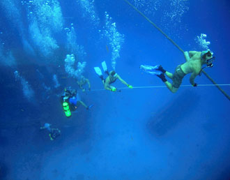 JSC2006-E-31401: NEEMO 10 crew returns to surface