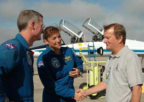 Astronauts Heidemarie Stefanyshyn-Piper and Joe Tanner shake hands with Shuttle Launch Director Mike Leinbach.