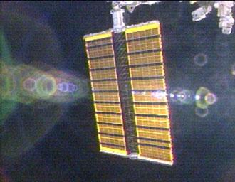 Los paneles solares instalados en la EEI por los orbiconstructores comienzan a ser desplegados. NASA TV