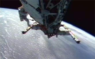 Constructores espaciales instalan   estructura en la EEI. NASA TV