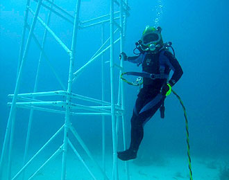 JSC2006-E-40953 -- NEEMO 11 crew member participates in a session of EVA for the NEEMO project