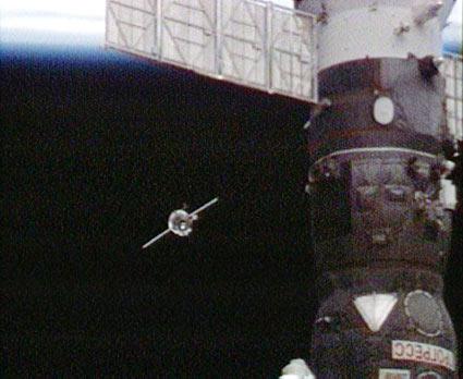 La cápsula espacial Soyuz TMA-14 llevando a la Expedición 19 y al turista espacial Charles Simonyi se acerca a la se acerca a la Estación Espacial Internacional  para atracar. (Foto: NASA TV)