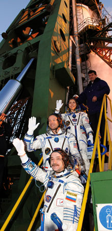 JSC2006-E-40673 : Expedition 14 crew at launch pad