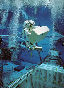 JSC2003-00011 : Christer Fuglesang participates in an underwater simulation of EVA