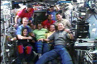 Las tripulaciones STS-116 y Exp. 14 se toman foto de grupo