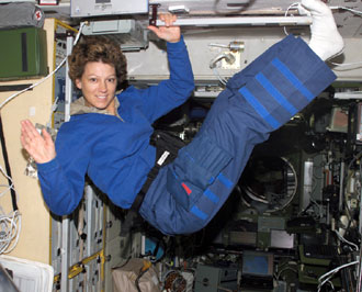 S114-E-7138 : Astronaut Eileen Collins waves