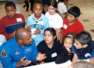 KSC-04PD-2015 : Astronaut Leland Melvin talks to students