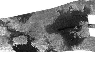 Sección de la imagen mostrando los mares y lagos de Titán. Crédito: NASA.