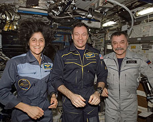 ISS014-E-16250 -- The Expedition 14 crew