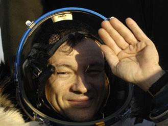 El Comandante de la Expedición 14 Michael Lopez-Alegria muestra los signos de cansancio en el lugar de aterrizaje en Kazakhstan. NASA.