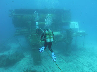 JSC2007-E-21796 : NEEMO 12 crew members make way to habitat