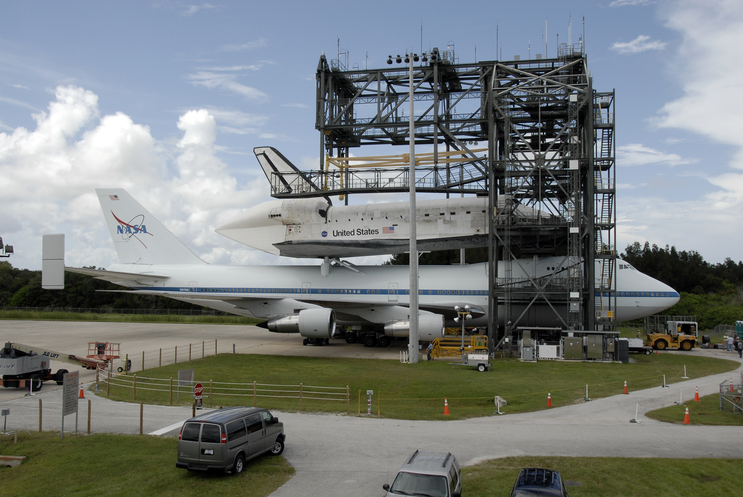 Space shuttle Discovery and 747 in the mate-demate device.