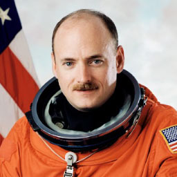 s99-05705 -- STS-118 Commander Scott Kelly
