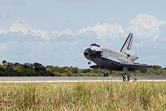 El Trasbordador Endeavour aterriza en el Kennedy Space Center. NASA.