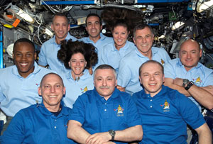ISS015-E-23031: Expedition 15 and STS-118 crews