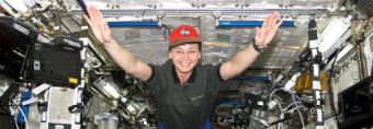 iss005e21040 -- Expedition 5 Flight Engineer Peggy Whitson