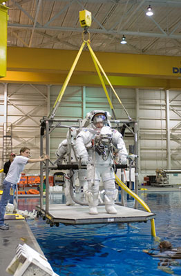 JSC2007-E-102382 : Michael Foreman and Robert Behnken train for spacewalk