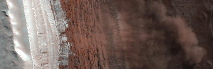 مسبار يلتقط صور لإنهيارات ثلجية على سطح المريخ 214807main_PSP_00733