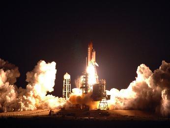 El Endeavour es lanzado en la misión STS-123, en un raro lanzamiento nocturno. NASA