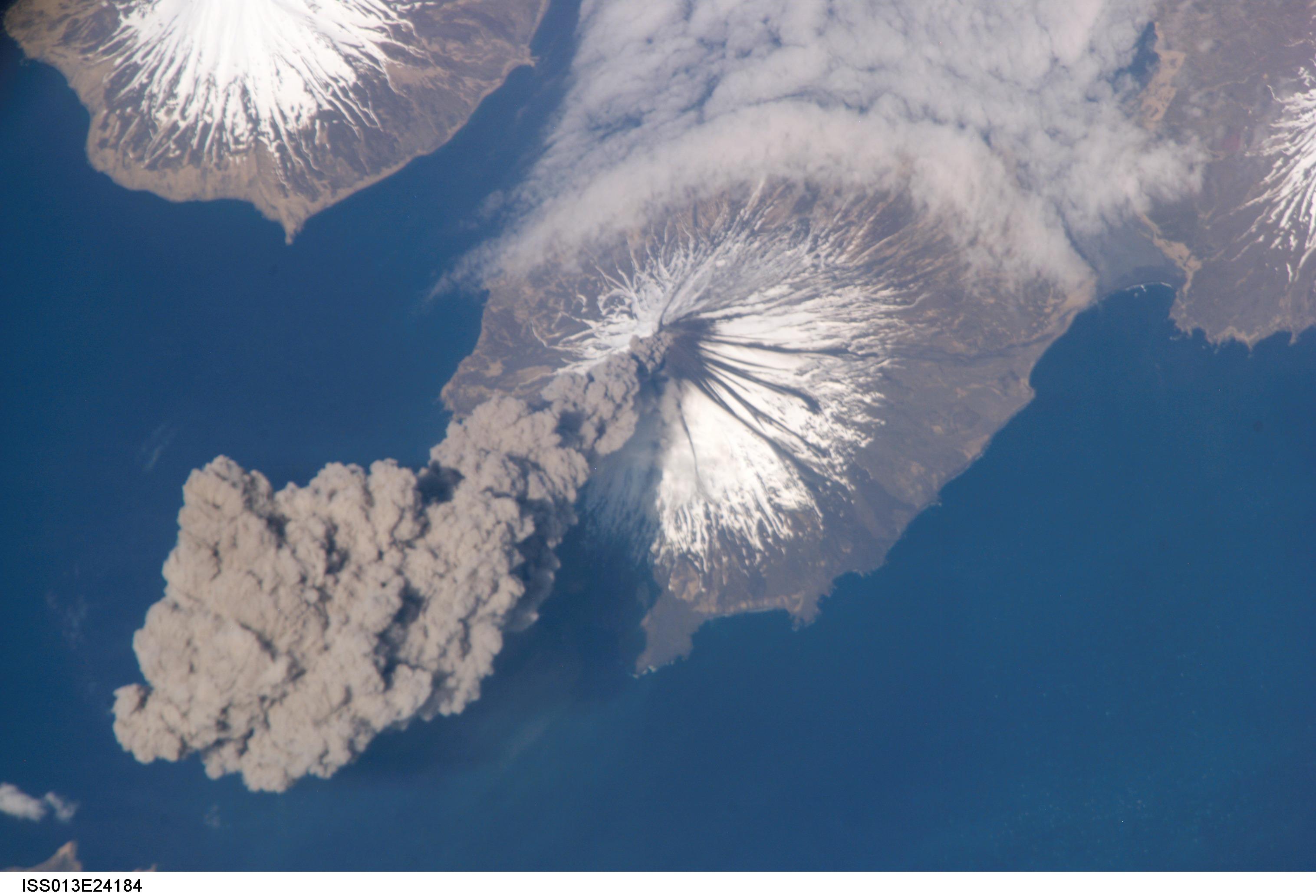 File:Mount cleveland erupting2.jpg - Wikimedia Commons