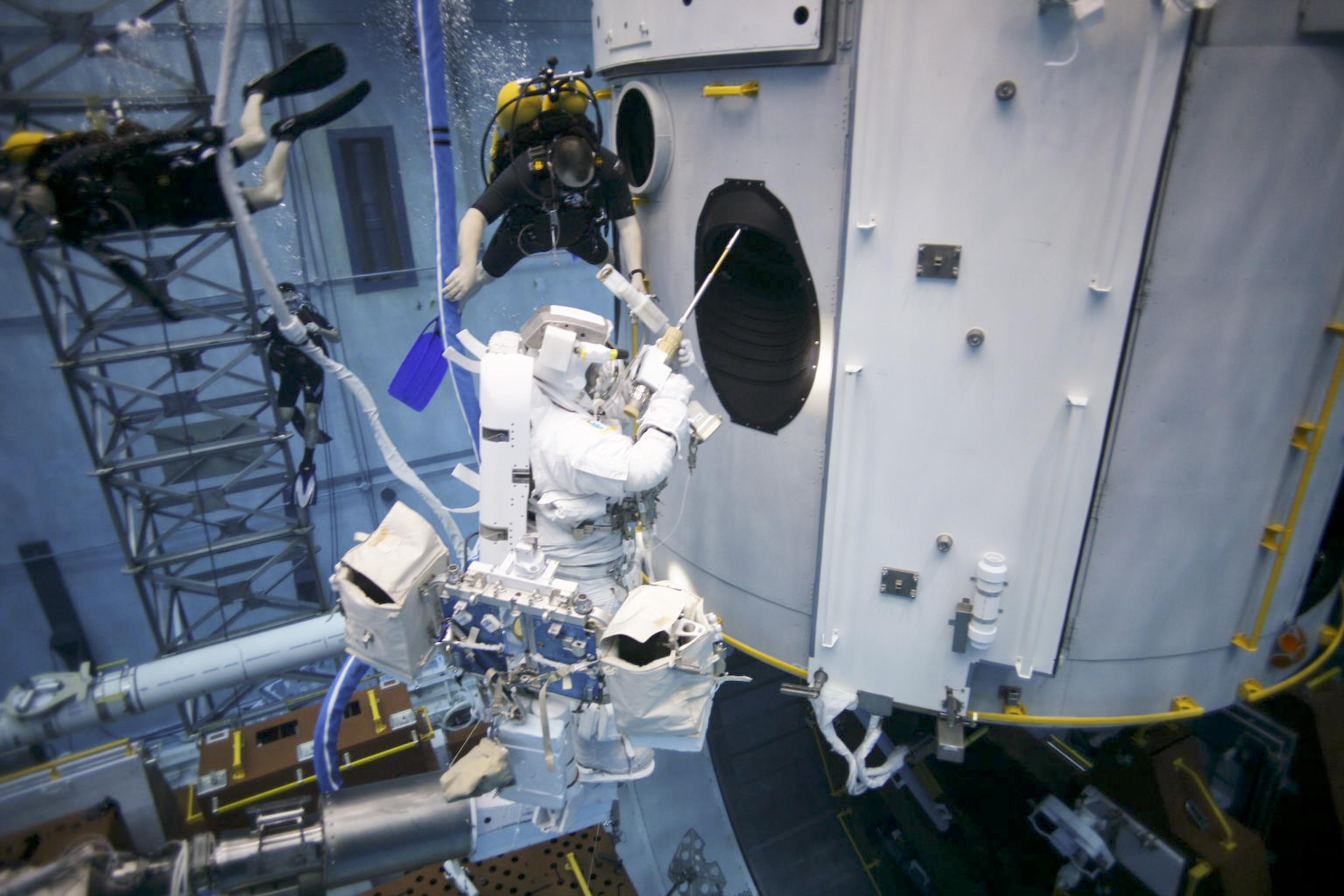 where do astronauts train - photo #14