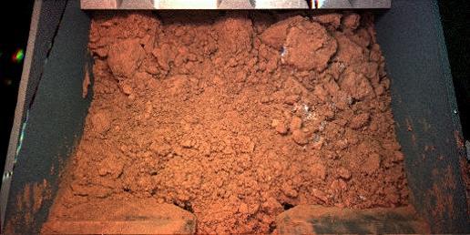 Material del suelo del ártico de Marte en la Pala del Brazo Robótico del Fénix. Sol 7. Fénix/NASA.